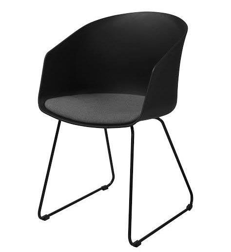 sort stol Elegant stol i sort med armlæn og siddehynde sort stol